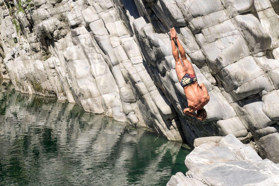 Sprung in die Tiefe: Andreas Hulliger in Ponte Brolla.