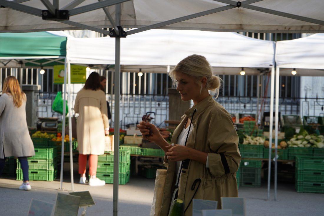Auf dem Markt am Zürcher Bürkliplatz lässt sich Nadia von saisonalen und regionalen Lebensmitteln inspirieren