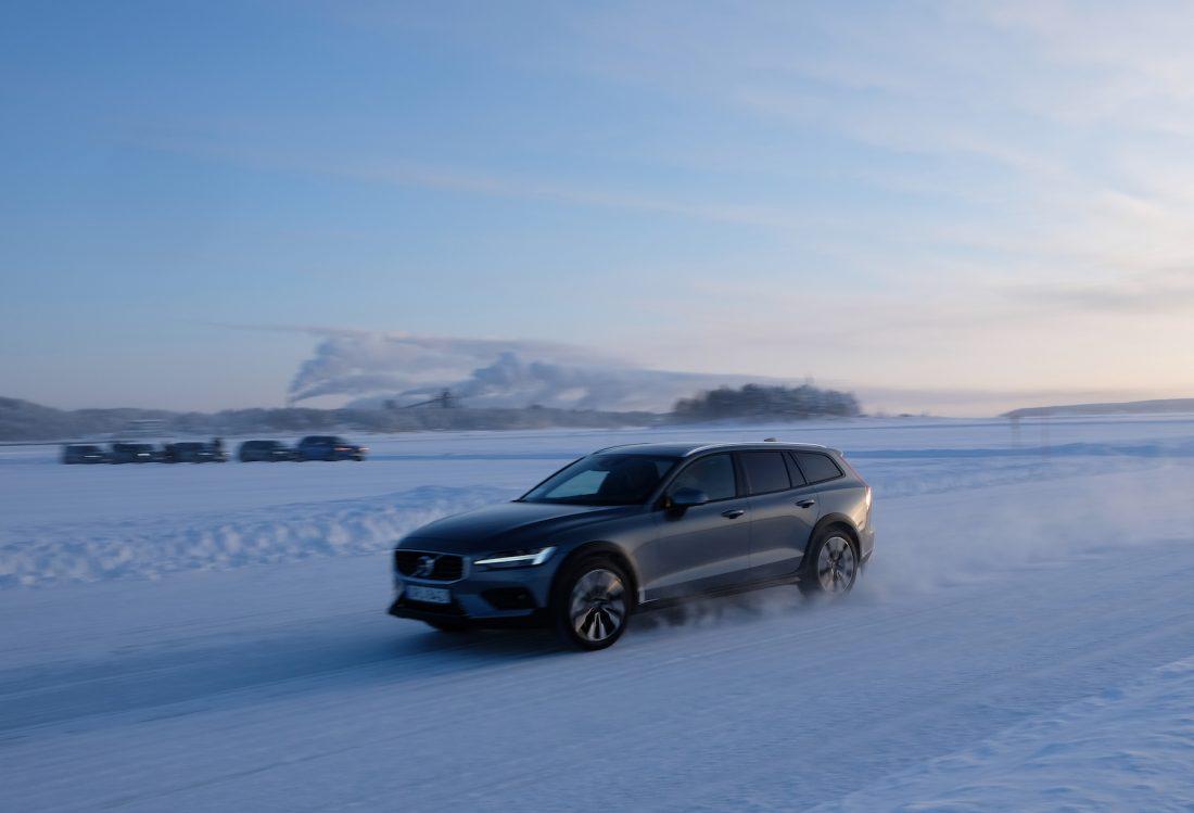 Volvo V60 CROSS COUNTRY fährt auf Schneepiste