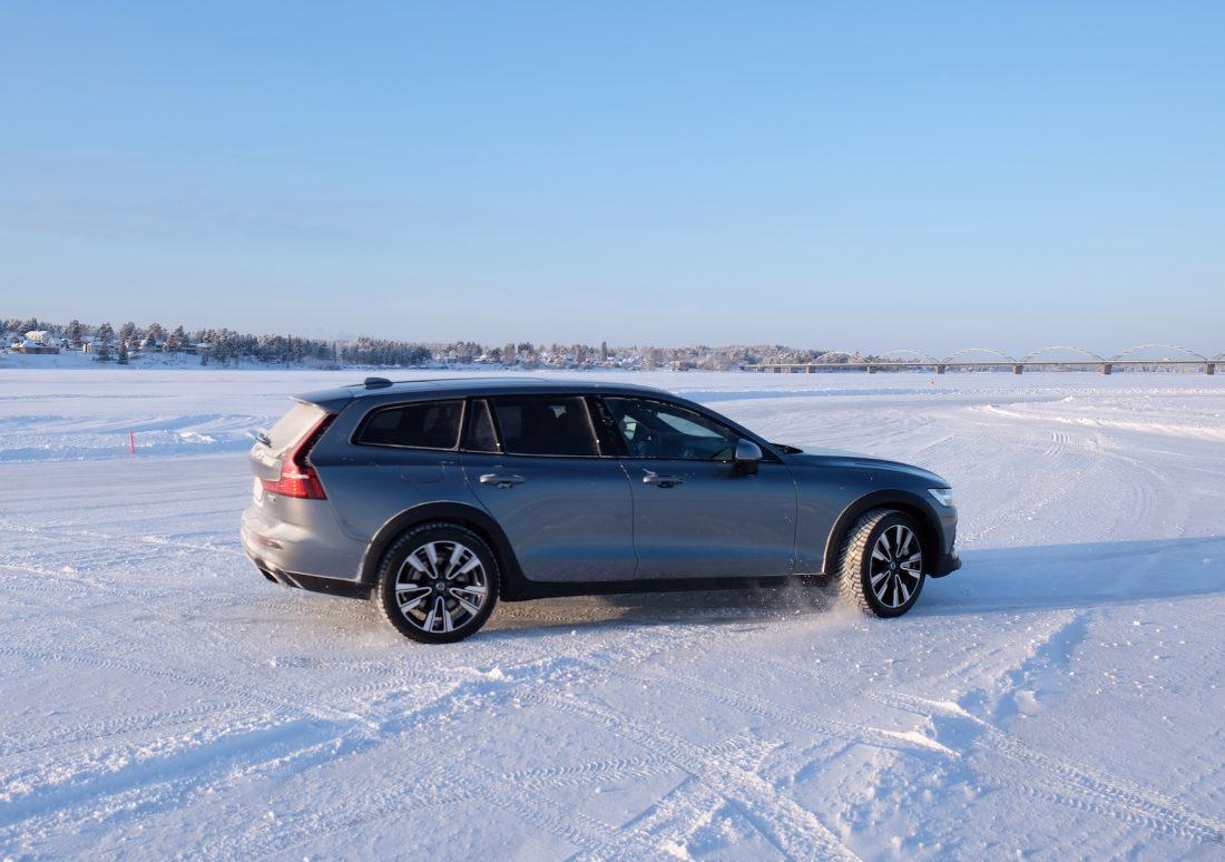 Volvo V60 CROSS COUNTRY fährt an auf Schneepiste