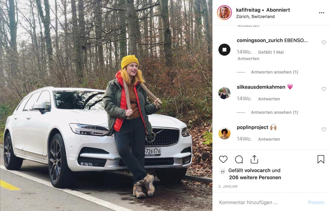 Kafi Freitag vor ihrem Volvo V90 Cross Country