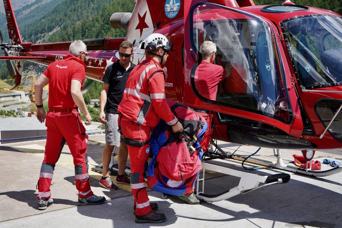 Als erstes Schweizer Rettungsunternehmen beschäftigen die Walliser bereits 1973 festangestellte Ärzte und Anästhesiepfleger, welche die Helikopterbesatzungen auf ihren Rettungseinsätzen begleiten.