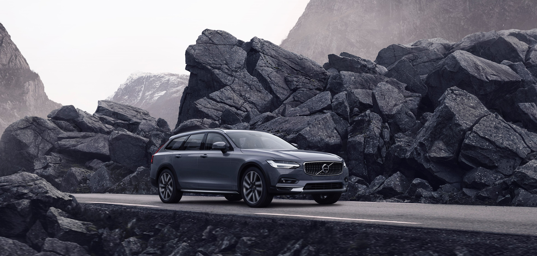 Titelbild_The_refreshed_Volvo_V90_B6_AWD_Cross_Country_in_Thunder_Grey