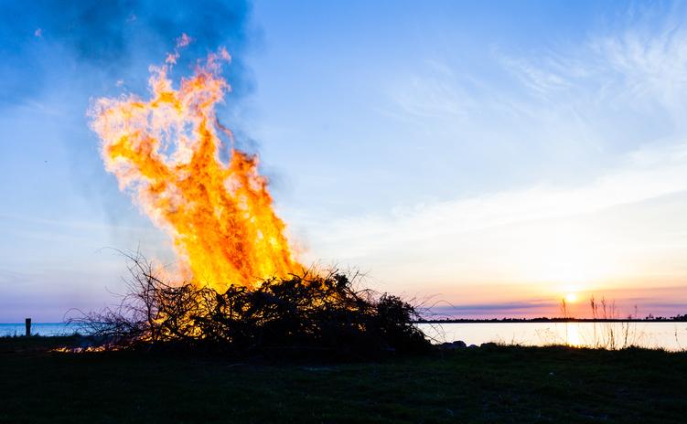 Valborgsmässoafton vid havet i Sverige
