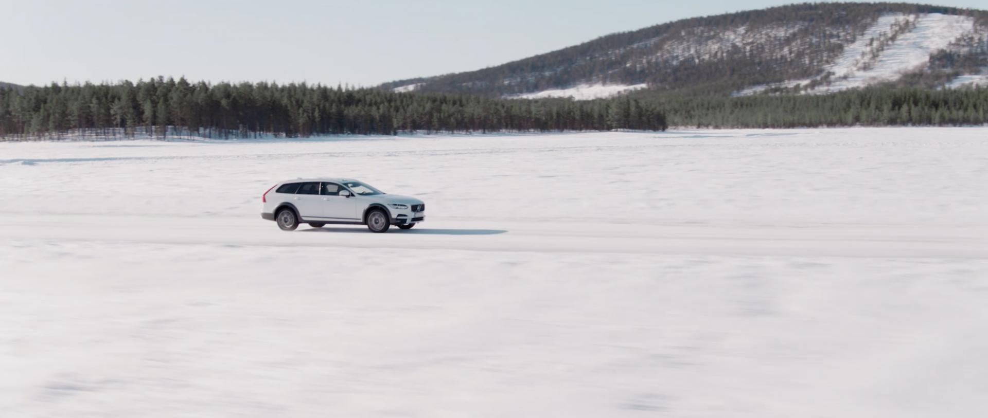 Volvo_Bremstest_im_Schnee_Auto_Landschaft